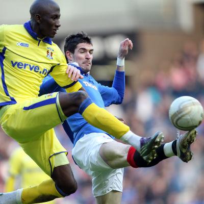 Mohamadou Sissoko i en närkamp med Kyle Lafferty i den skotska högstaligan.