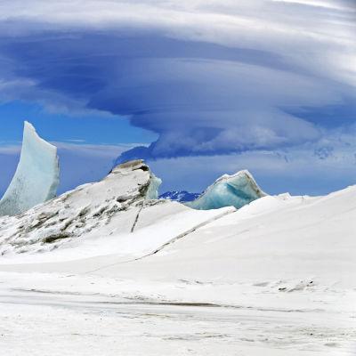 Moln nära vulkanen Mount Discovery på Antarktis.