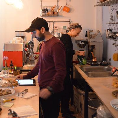 Wisam Abud betjänar en kund på Cafe Damascus.