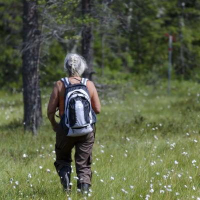 En kvinna ute i naturen