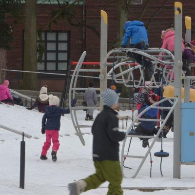 Barn som leker på en skolgård