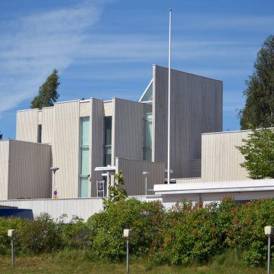 Kyrkslätt församlingshem. En vit byggnad i modern stil.