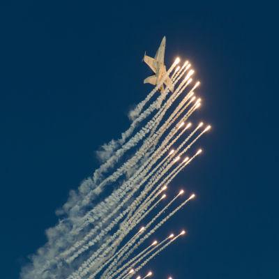 Suomen ilmavoimien F/A-18 hävittäjä lentonäytöksessä Helsingin yllä