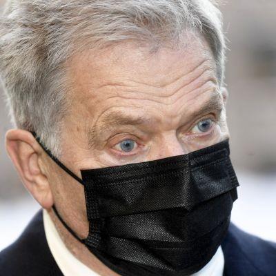 President Sauli Niinistö med svart munskydd.