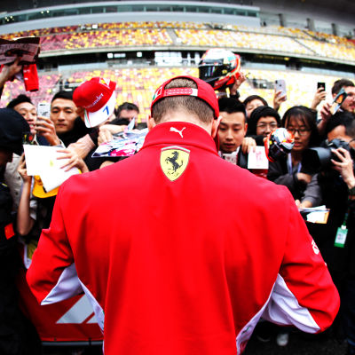 Kimi Räikkönen skriver autografer i Shanghai 2018.