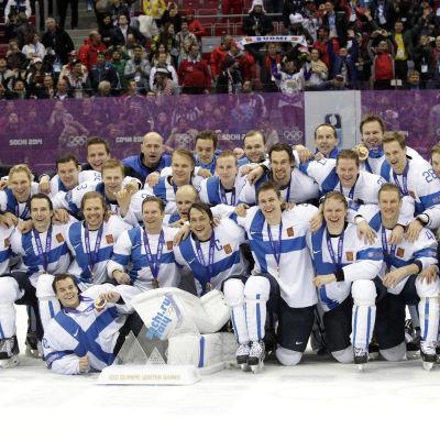 Finlands ishockeylejon poserar efter OS-bronset i Sotji 2014.