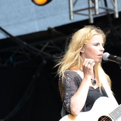Lisa Miskovsky på scenen ...