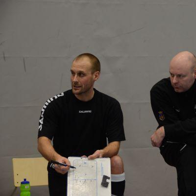 Jori Isomäki och Markus Åbb lotsar Blue Fox.