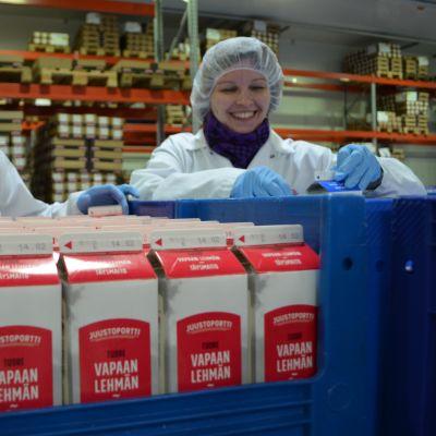 Tuotepäällikkö Merja Lehtovaara-Viitala ja tuoteryhmäassistentti Kati Jokisalo ovat seuranneet kuluttajien toiveita ja vaatimuksia uutuustuotteen kehittelyssä.