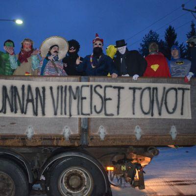 Jalasjärven abiturientit 2014 penkkariajelulla.