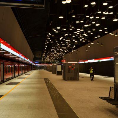 Drumsö metrostation, tom förutom en väktare i gul väst.