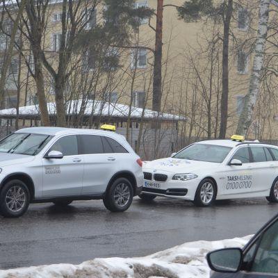 Taxibilar i Helsingfors har allt oftare tejpat bolagets kontaktuppgifter på bilarna.