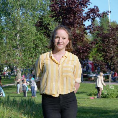 Cecilia Andersin står i en park i Grankulla, kleendes och vänd mot kameran