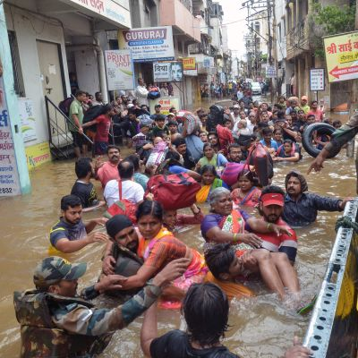 Människor i vatten efter jordskred i Kerala, Indien.