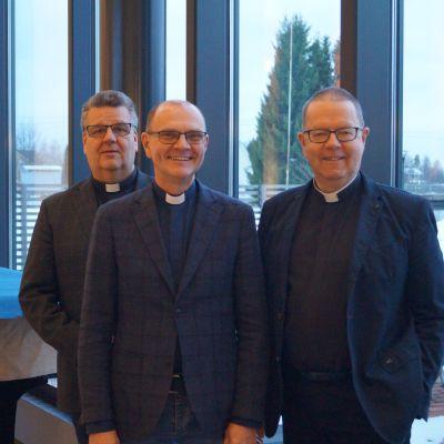 Kyrkoherdarna Tomas Portin, Kaj Granlund och Hans Häggblom.