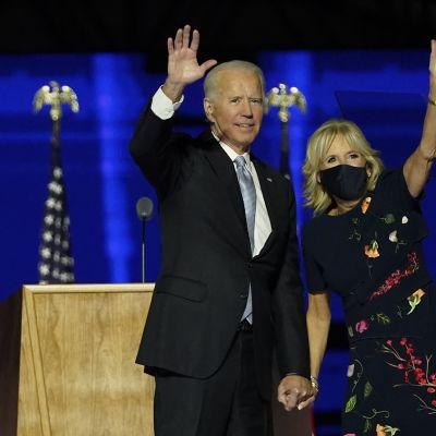Joe ja Jill Biden voitonpuheen jälkeen tervehtivät yleisöä.