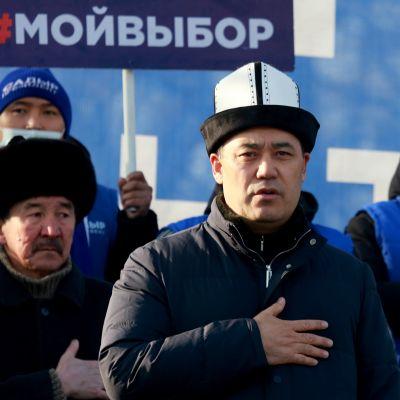 Kirgisian tuore presidentti Sadyr Žaparov kannattajiensa keskuudessa