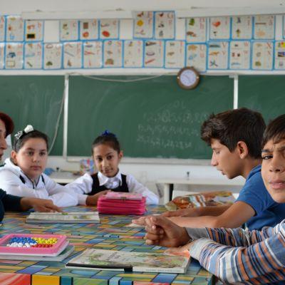 Romska barn går i skola i Rumäninen.