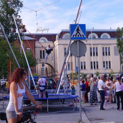 Ihmisiä Jaakon päivillä vuonna 2019 Pietarsaaressa, Strengbergin tehtaan edustalla.