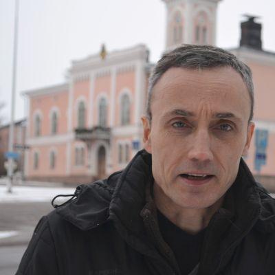 peik henrichson framför rådhuset  i Lovisa