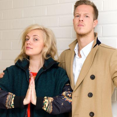 Elli och Jere från Haloo Helsinki poserar.
