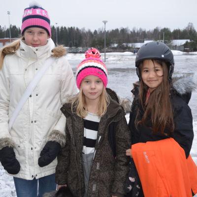 Erica, Nanna och Caitlin föredrar längre sommarlov.