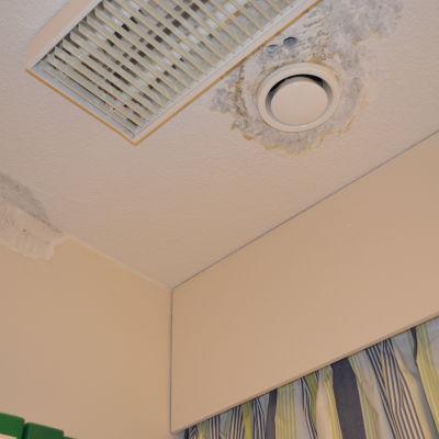 Taket har läckt i hälsocentralen i Kyrkslätt centrum
