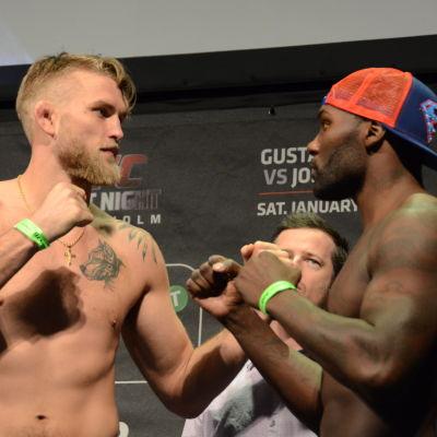 Alexander Gustafsson och Anthony Johnson bröstar upp sig efter invägningen, UFC-galan i Stockholm, januari 2015