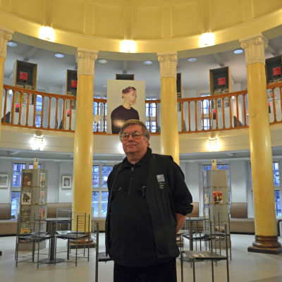 Peter Lindfors, bibliotekarie vid Berghälls bibliotek, står i Berghälls bibliotek