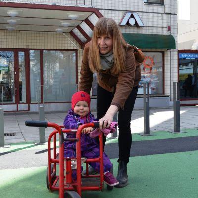 Taina Ahtela och dotter Ines i Hagalund