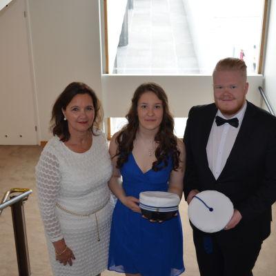 Practicums rektor Harriet Ahlnäs, Matilda Kosonen och Tobias Sjöman inför Practicums dimission i Finlandiahuset 29.5 2015.