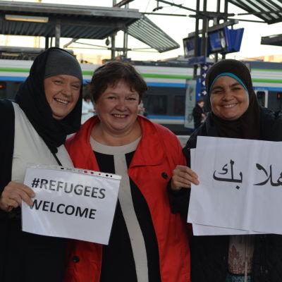 Anne Hammad, Bodil Rosenlund och Suheir Zakaria hälsar asylsökande välkomna på Böle station.