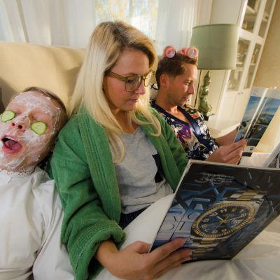 Nicke förbereder natten med ansiktsmask och gurkor.