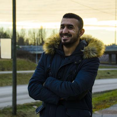 Munther al Assaf som vloggar för Svenska Yle om sin vardag som flykting