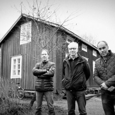 Marcus Hellman, Leif Skinnar och Stefan Asplund framför Hannas stuga i Västervik.