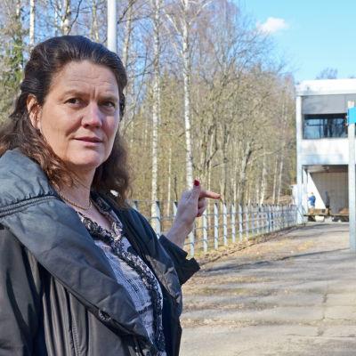 Veronica Hertzberg utanför botby grundskola