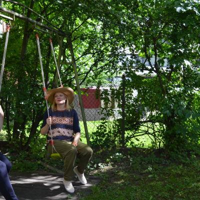 Anne-Mari Ahonen (vänster) och Kaisa Viitanen på Rödbergen på en innergård.