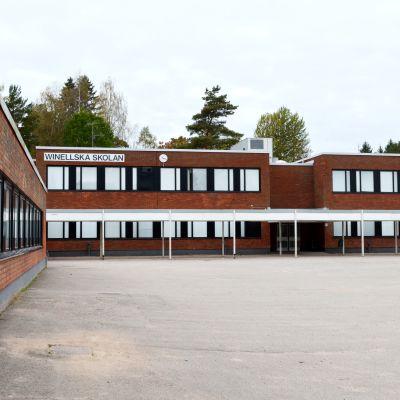 Barnen som arbetar i Winellska skolans B-byggnad lider bland annat av illamående, huvudvärk och trötthet.