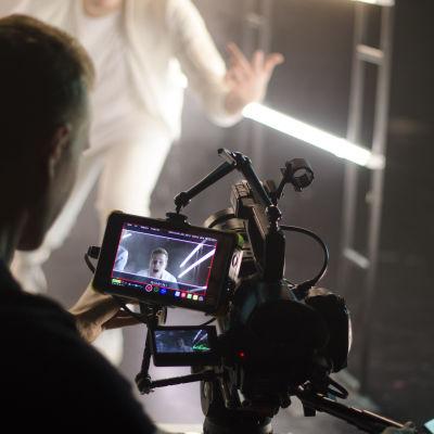 Bild på Marcus Landgärds från Bastupojkarna genom videokamerans skärm.