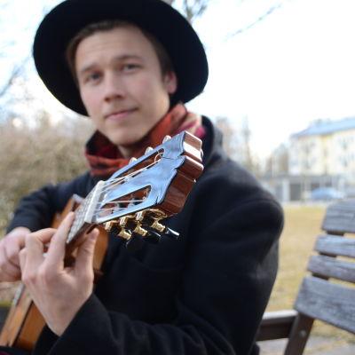 Erik Sjöholm spelar gitarr