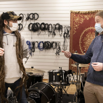 Mark Bérteyi ja Juha Järvinen keskustelevat Turku Rock Academyn tiloissa.