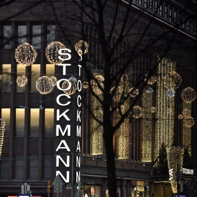 Stockmanns vauhusfasad i Helsingfors med julbeslysning.