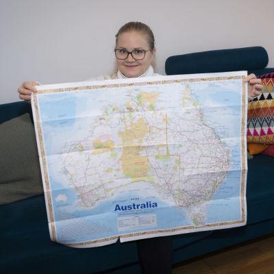 Anniina Juuti näyttää Australian karttaa.