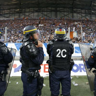 Kravallpolis vid fotbollsmatch i Marseille.