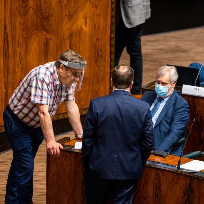 Ville Tavio keskustelemassa Antti Rinteen ja Kimmo Kiljusen kanssa elpymispaketti-keskustelun tauolla.