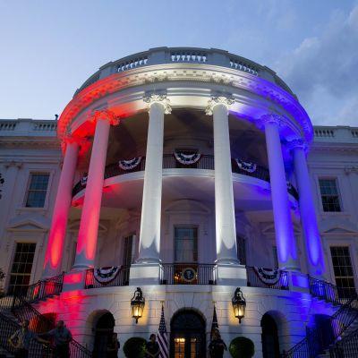 Vita huset i Washington upplyst i röd, vit och blå färg.
