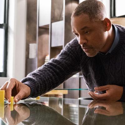 Howard radar upp dominobrickor på sitt arbetsbord.