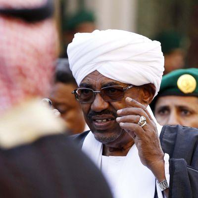 Internationella brottmålsdomstolen ICC uppmanar Sydafrika att gripa Sudans president Omar al-Bashir.