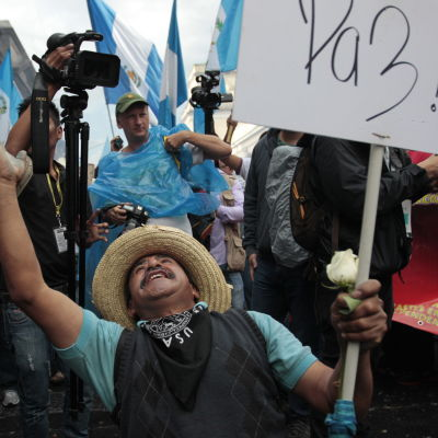 Fest i Guatemala City efter beslut att frånta president Pérez Molina hans immunitet.