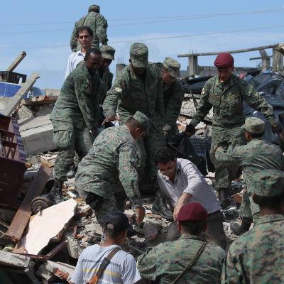 Soldater och lokala letar efter överlevande i Pedernales.